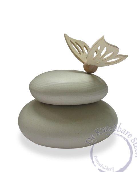 Urn met houten vlinder