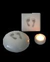 prematuur urntje met voetafdrukjes met tegel en lichtje