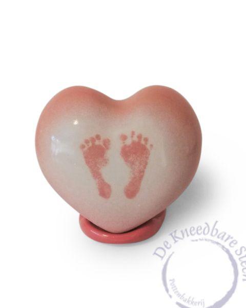 hart urntje met voetafdrukjes op standaard
