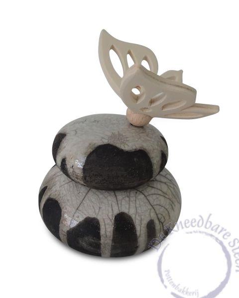 Raku mini urn met houten vlinder